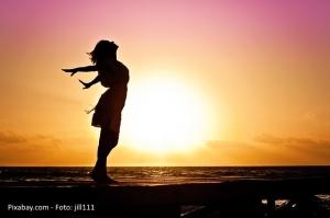 Frau Strand Sonnenuntergang