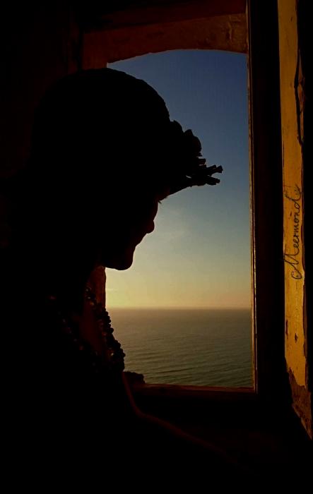 Frau mit Hut Fenster Rubjerg Knude